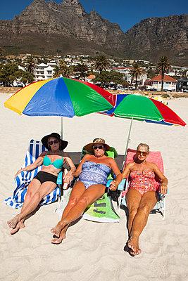 3 Rentnerinnen nehmen ein Sonnenbad am Strand - p045m1423846 von Jasmin Sander