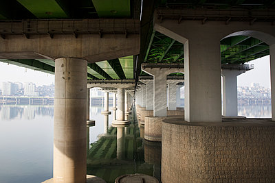 Bridge construction in Seoul - p226m1444524 by Sven Görlich