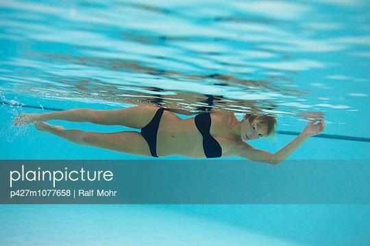 Frau unter Wasser - p427m1077658 von R. Mohr