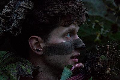 Junge mit bemaltem Gesicht im Wald - p1650m2231829 von Hanna Sachau