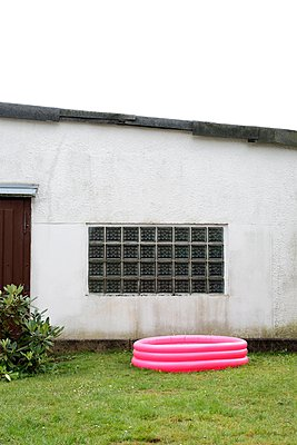 Pool in Pink - p237m1055712 von Thordis Rüggeberg