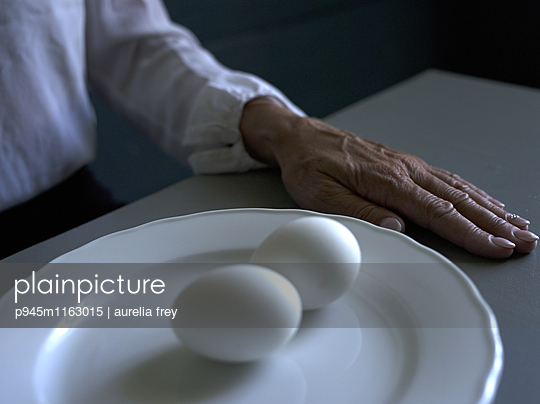 Zwei Eier und die Hand einer älteren Frau  - p945m1163015 von Aurelia Frey