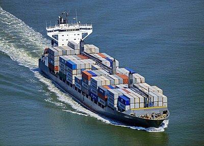 Containerschiff auf der unteren Elbe - p1016m1590766 von Jochen Knobloch