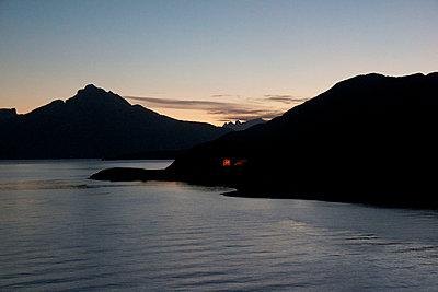 Fjordlandschaft bei Nacht, Kjeungskjär - p1065m891794 von KNSY Bande