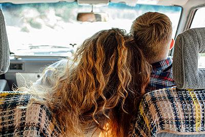 Romantic couple doing road trip - p300m2043130 von Vasily Pindyurin