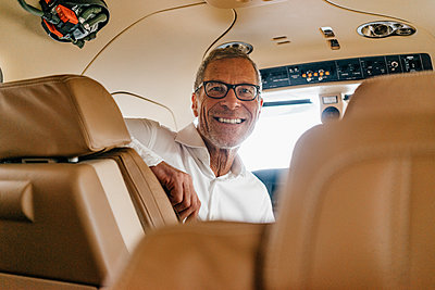 Businessman in private jet - p586m1208481 by Kniel Synnatzschke
