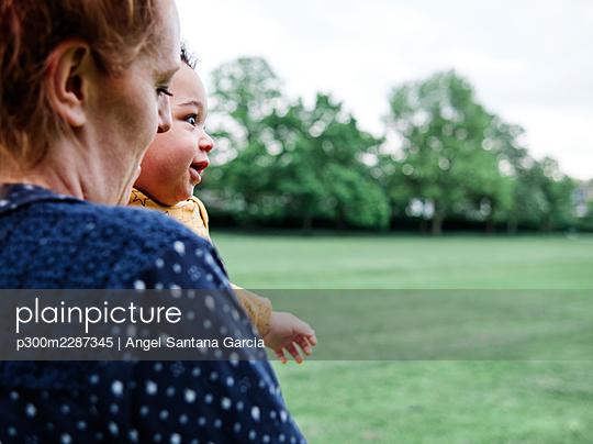 Family in the park. London, England. - p300m2287345 von Angel Santana Garcia