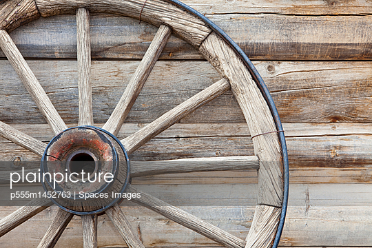 Wagon Wheel - p555m1452763 by Spaces Images