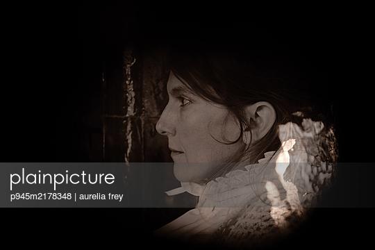 Profile of brunette woman at twilight - p945m2178348 by aurelia frey