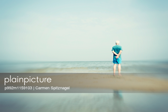 Mann am Meer - p992m1159103 von Carmen Spitznagel