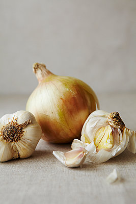 Still Life of Garlic and Onions Close Up - p1166m2171898 by Cavan Images