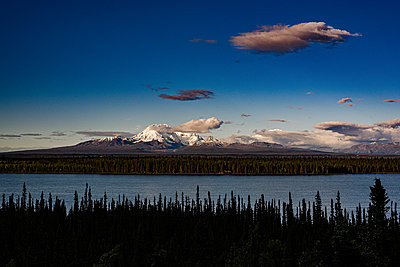Alaska, View of the sea and the mountains - p1455m2204498 by Ingmar Wein