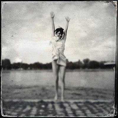 Woman at the shore - p586m855536 by Kniel Synnatzschke