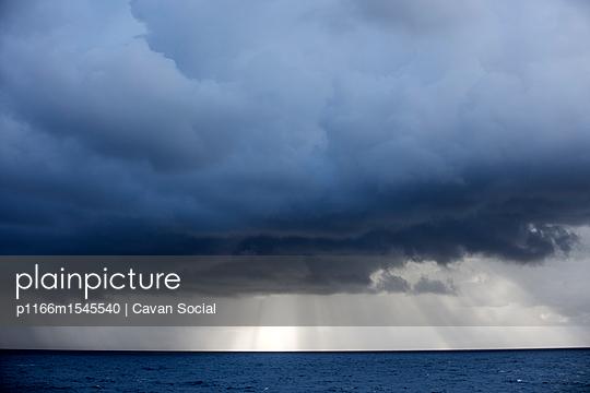 plainpicture | Photo library for authentic images - plainpicture p1166m1545540 - Storm clouds over sea - plainpicture/Cavan Images/Cavan Social