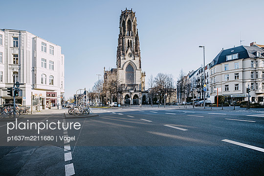 Luther Tower with multi-lane road in the foreground - p1637m2211680 by Vogel