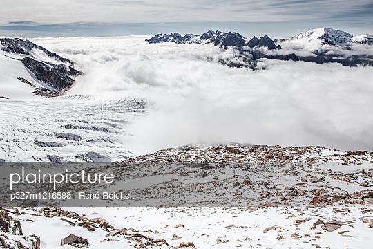 Wolkendecke über einem Tal - p327m1216598 von René Reichelt