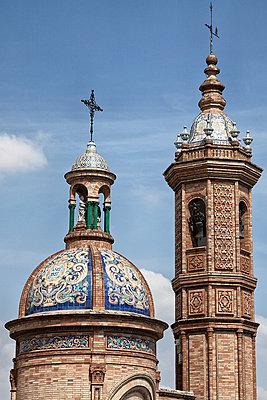 Capilla del Carmen, verzierte Kirchtürme, Sevilla, Spanien - p1256m2177857 von Sandra Jordan