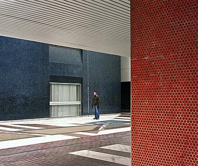 Mann steht zwischen Gebäuden - p1409m1474896 von margaret dearing