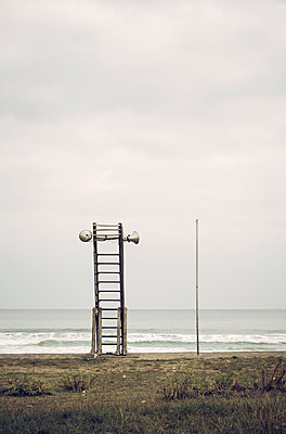 Verlassener Rettungsschwimmerturm am Meer - p1443m1503252 von SIMON SPITZNAGEL
