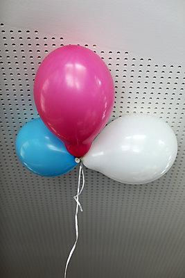 Bunte Luftballons - p258m2015395 von Katarzyna Sonnewend