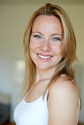 Portrait of a beautiful, blond woman - p300m2042892 von Philipp Nemenz