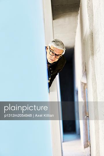 Mann im Treppenhaus  - p1312m2054948 von Axel Killian
