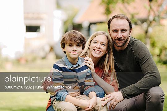 Happy family in garden, portrait - p300m2167292 by Kniel Synnatzschke