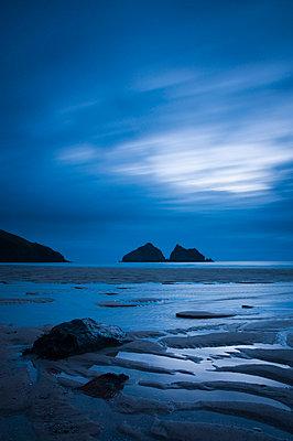 UK, Cornwall, Holywell Bay, Holywell Beach and Carters or Gulls Rocks - p6511083 by Alan Copson