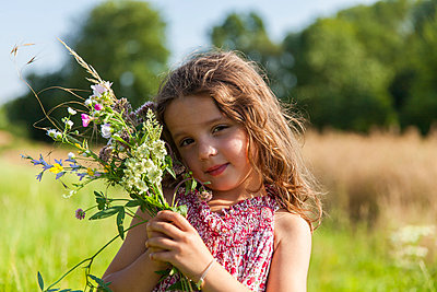 Little girl with a bunch of flowers IV - p756m854960 by Bénédicte Lassalle