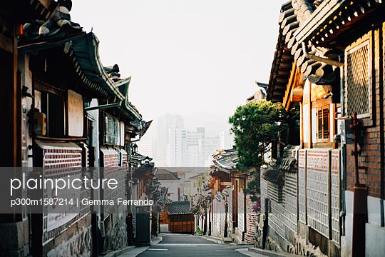 South Korea, Bukchon Hanok Village, street with traditional houses - p300m1587214 von Gemma Ferrando