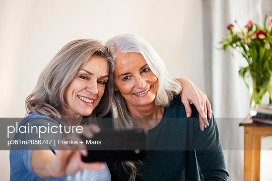 Best Ager-Selfie - p981m2086747 von Franke + Mans