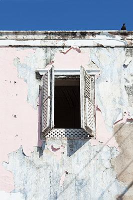 Offenes Fenster in einem runtergekommenen Haus - p045m1573786 von Jasmin Sander