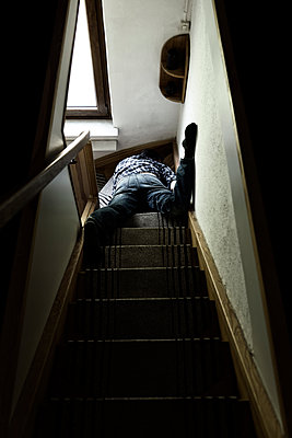 Corpse of man lying on staircase - p300m1060672 by Miriam Dörr