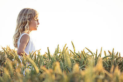 Blond girl day dreaming while standing on agricultural field by sky - p300m2277725 by Wilfried Feder
