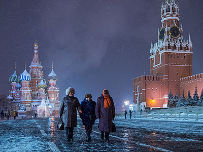 Roter Platz mit Kreml und Basilius Kathedrale im Winter bei Nacht - p390m1582792 von Frank Herfort