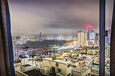 City viewed through window - p429m898299 by Alan Graf