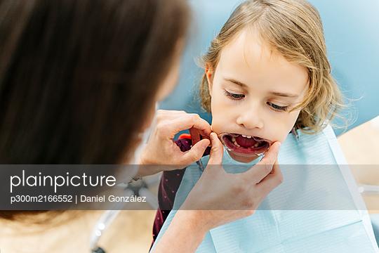 Girl at the dentist - p300m2166552 von Daniel González