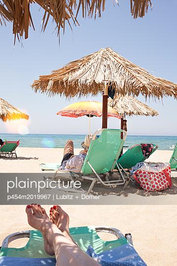 Am Strand abhängen - p454m2019967 von Lubitz + Dorner