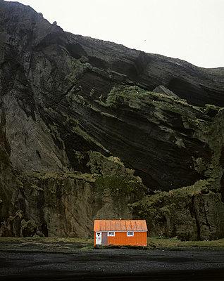 Orange Hütte; Island - p1028m778400 von Jean Marmeisse