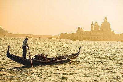 Gondelfahrt in Venedig mit Salute-Kirche im Hintergrund - p1493m1584752 von Alexander Mertsch