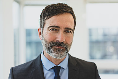 Portrait of confident mature businessman in office - p300m2144445 by Robijn Page