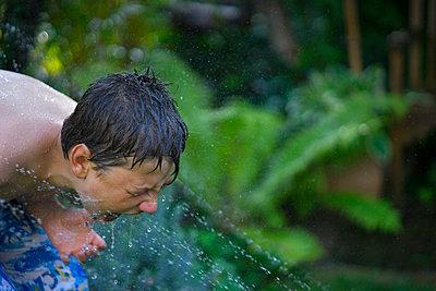 Kind spielt mit Wasser - p427m1109957 von R. Mohr