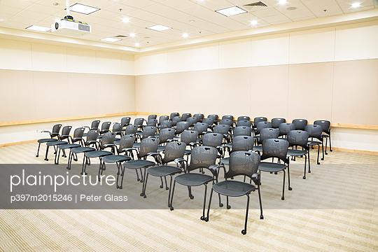 Stühle und Overhead Projektor in einem verlassenem Klassenzimmer - p397m2015246 von Peter Glass