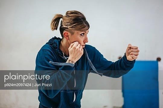 Boxer training in gym - p924m2097424 by Juri Pozzi