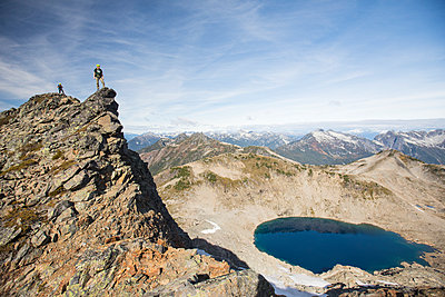 Mountaineers on the summit of Douglas Peak, British Columbia. - p1166m2095284 by Cavan Images