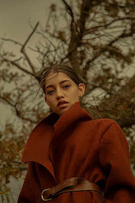 Woman in brown coat, portrait - p1640m2259908 by Holly & John