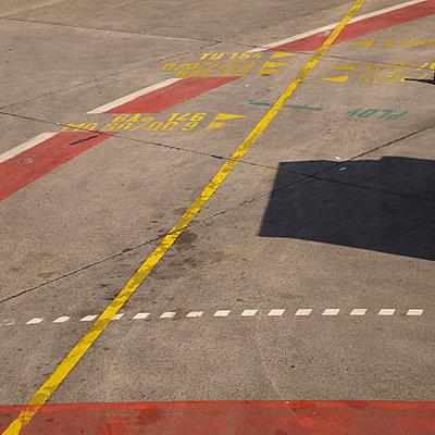 flughafen tegel bodenmarkierung - p627m671166 by Hendrik Rauch