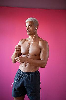 Bodybuilder posing - p817m2027576 by Daniel K Schweitzer