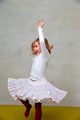 Mädchen tanzt im Wohnzimmer - p1212m1092010 von harry + lidy