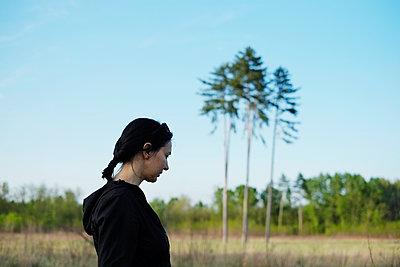 Woman countryside - p1527m2116936 by Slaveng